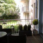 Blick in den grünen Innenhof vom Balkon