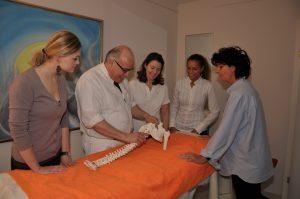 Dr. Selim erklärt die Wirbelsäule