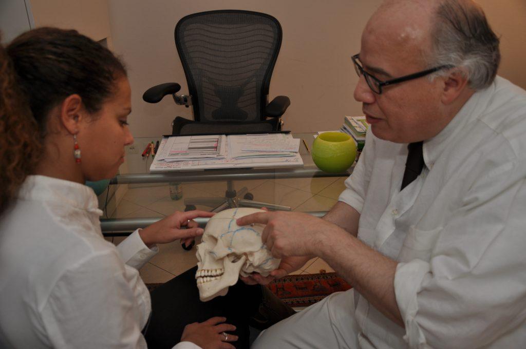 Dr. Selim erklärt die Anatomie des Schädels