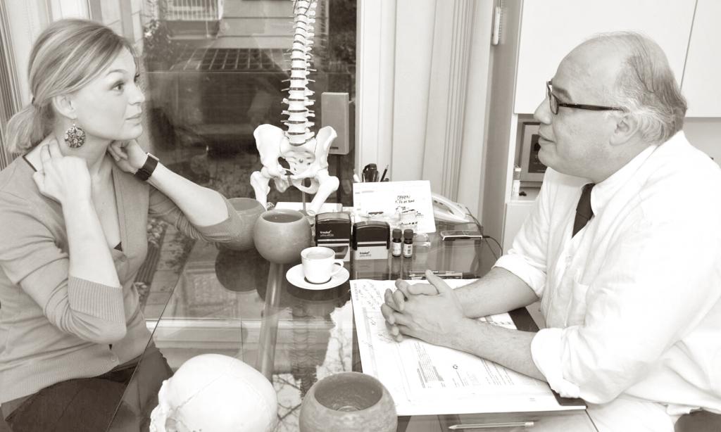 Dr. Selim erstellt eine neurologische Anamese bei akutem Schmerz